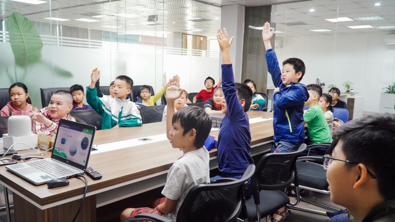 Các em học sinh đang hào hứng điều khiển giải pháp nhà thông minh Lumi
