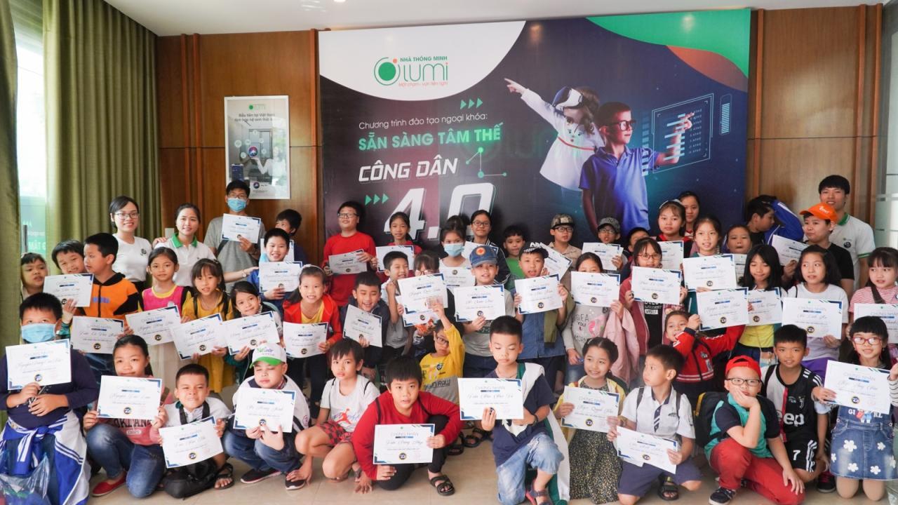 Các em học sinh nhận huy hiệu và chứng chỉ công dân 4.0
