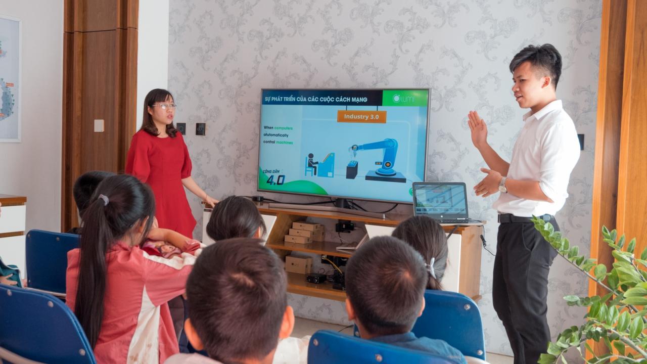 Học sinh chăm chú tìm hiểu cuộc cách mạng 4.0
