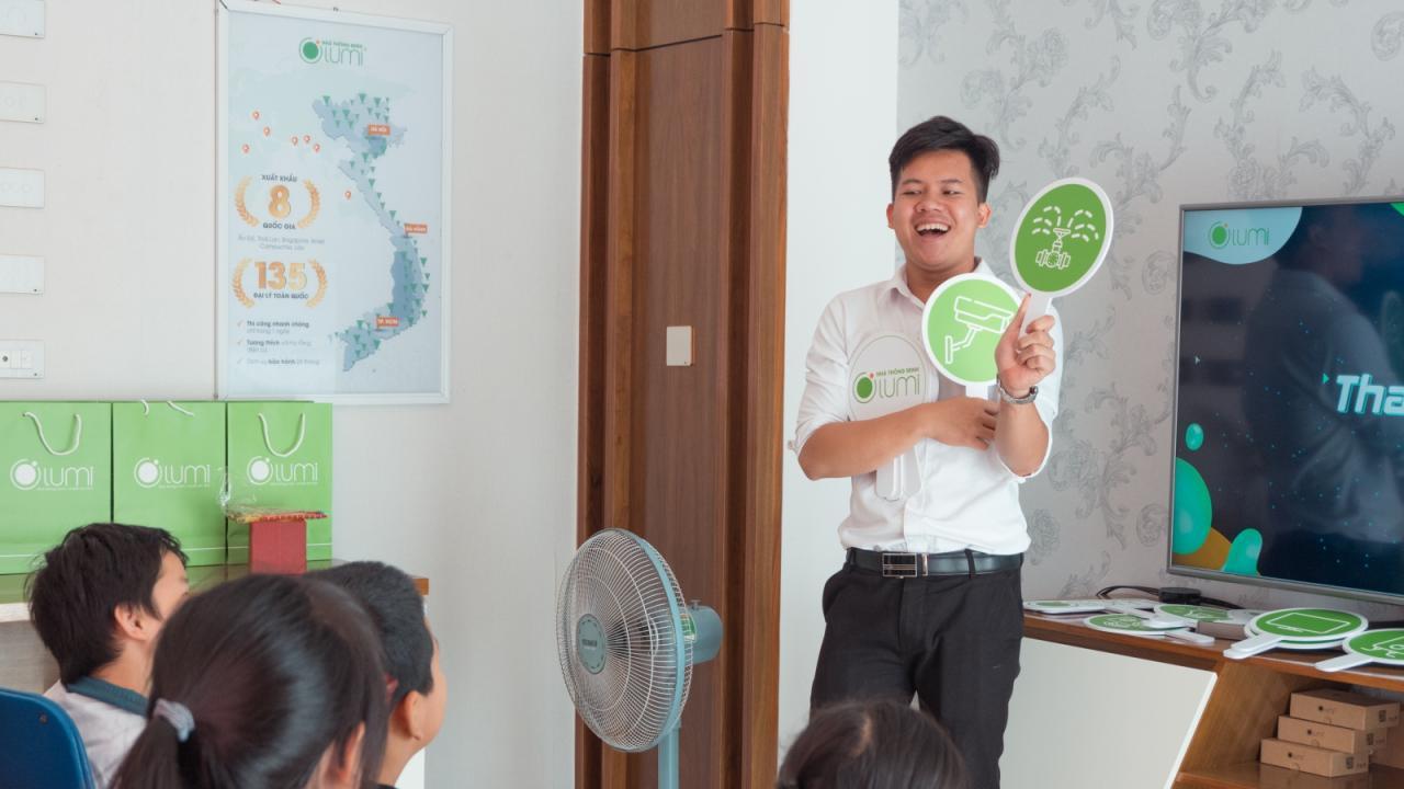 Kỹ sư công nghệ Lumi đang hướng dẫn các em học sinh về sản phẩm IOT